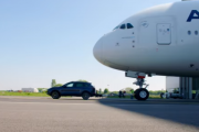 2017 PORSCHE CAYENNE TURBO S TOWING AN...AIRBUS A380 (285 ton) l Guinness World Records title